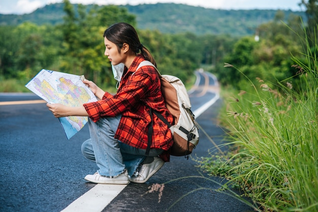 Seduto e guardando la mappa sulla strada. Foto Gratuite