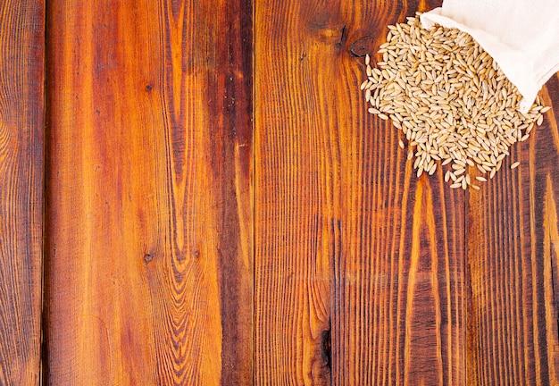 Segale cruda su fondo di superficie di legno Foto Premium