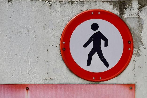 Segnale pedonale in strada Foto Premium