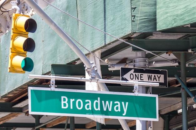 Segnale stradale di broadway a new york city usa Foto Premium