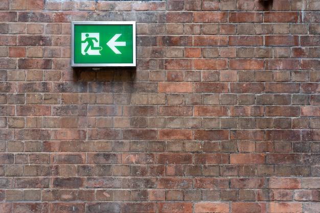 Segnali di emergenza per l'uscita di emergenza installato sul muro può vedere chiaramente concetto di sicurezza allarme antincendio Foto Premium
