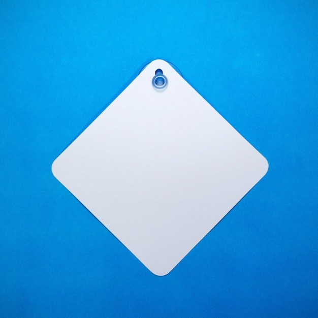Segno dell'automobile in bianco sulla priorità bassa del documento blu Foto Premium