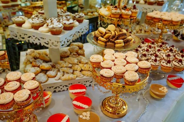 Segno di dolci fatti a mano in legno in piedi nel mezzo del tavolo. Foto Premium