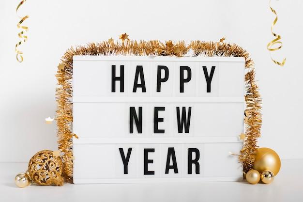 Segno di felice anno nuovo con decorazione Foto Gratuite