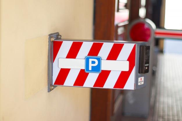 Segno di parcheggio segnali stradali su uno sfondo di asfalto. parcheggio. Foto Premium