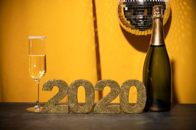Segno dorato di vista frontale con la data del nuovo anno sulla tavola Foto Gratuite