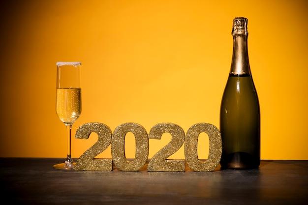 Segno dorato di vista frontale con la data del nuovo anno Foto Gratuite