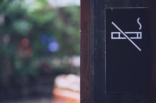 Segno non fumatori nero al parco pubblico Foto Premium