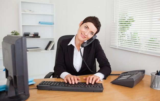 Segretaria professionale che risponde al telefono Foto Premium