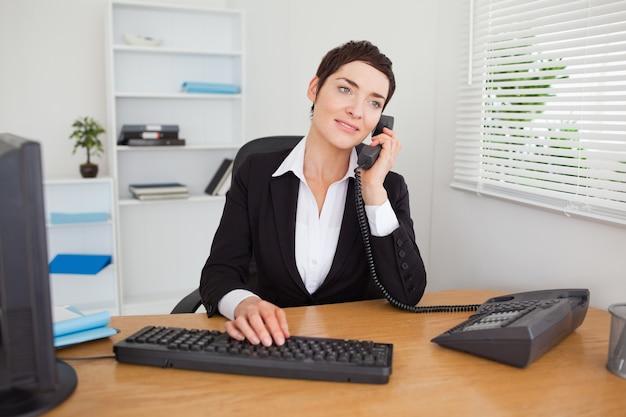 Segretario rispondendo al telefono Foto Premium