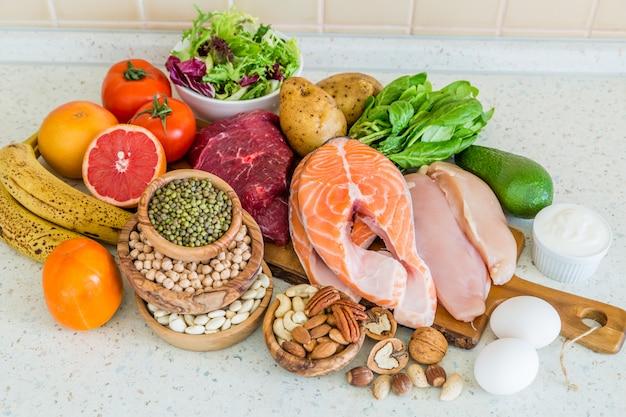 Selezione di cibo per la perdita di peso, cucina Foto Premium