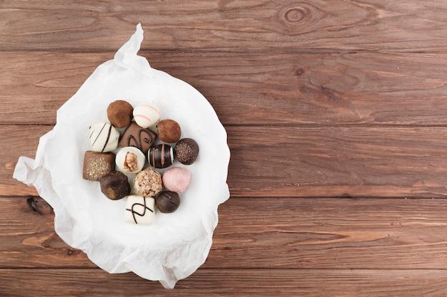 Selezione di cioccolato vista dall'alto su un piatto Foto Gratuite