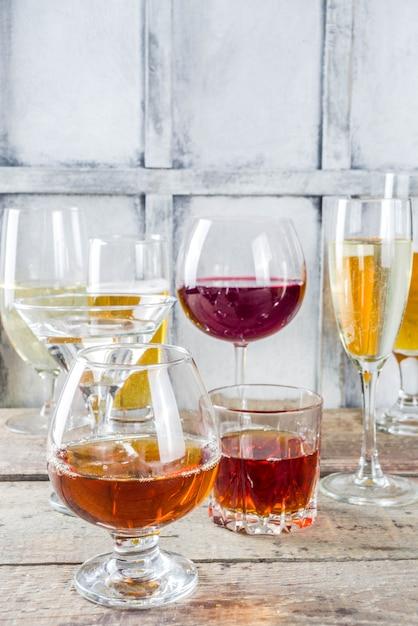 Selezione di diverse bevande alcoliche Foto Premium