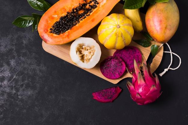 Selezione di frutta esotica vista dall'alto sul tavolo Foto Gratuite