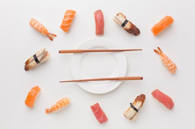 Selezione di sushi vista dall'alto con le bacchette sul tavolo Foto Gratuite