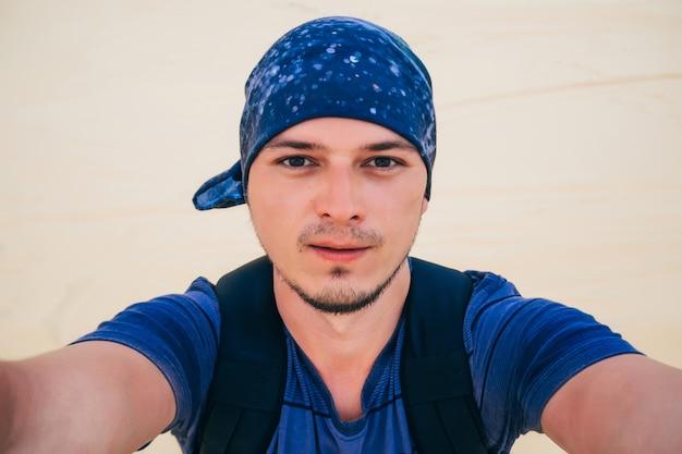 Selfie di un uomo che viaggia nel deserto Foto Premium