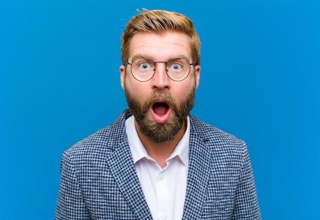 Sembra molto scioccato o sorpreso, fissando a bocca aperta dicendo wow Foto Premium