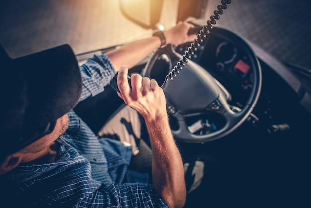 Semi truck driver conversazione con altri camionisti tramite cb radio. Foto Premium