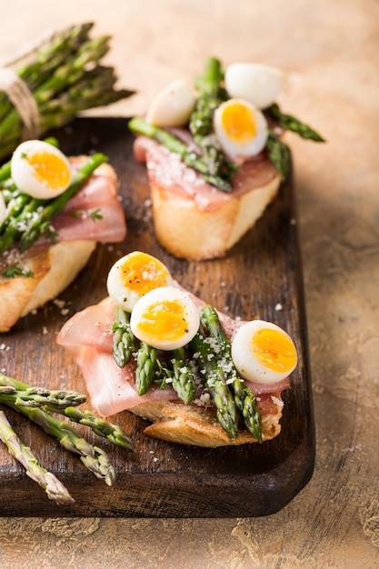 Sendwich fresco con prosciutto, asparagi e uova di quaglia Foto Premium