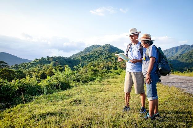 Senior asian couple trekking, viaggiare, vivere una vita felice in pensione sano Foto Premium
