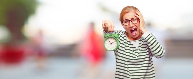 Senior bella donna con una sveglia Foto Premium
