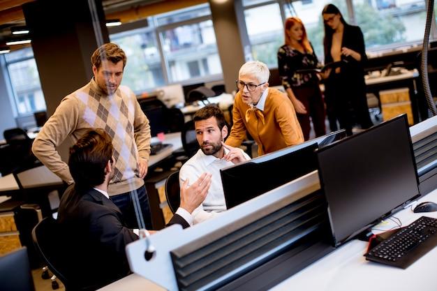 Senior imprenditrice e giovani imprenditori lavorano in un ufficio moderno Foto Premium