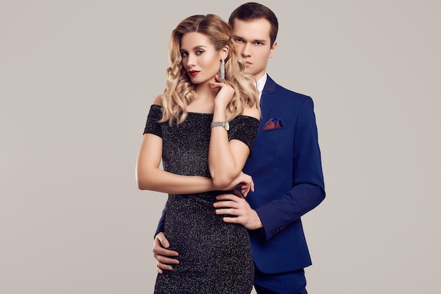 Sensuale bella giovane coppia vestita in abiti formali Foto Premium