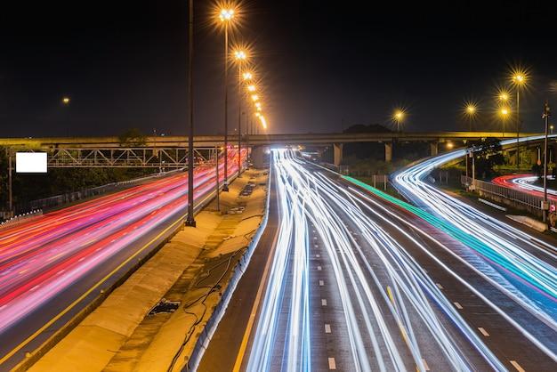 Sentieri di luce sull'autostrada di notte Foto Premium