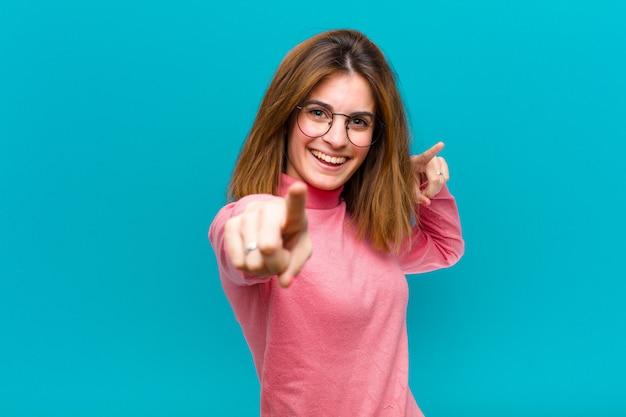 Sentirsi felici e fiduciosi con entrambe le mani e ridere, scegliendo te Foto Premium