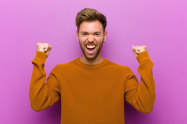 Sentirsi felici, sorpresi e orgogliosi, gridando e celebrando il successo con un grande sorriso Foto Premium
