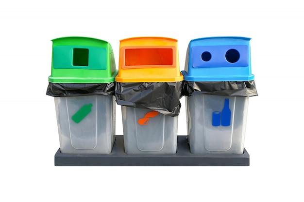 Separazione dell'immondizia del bidone riciclata su uno sfondo bianco Foto Premium
