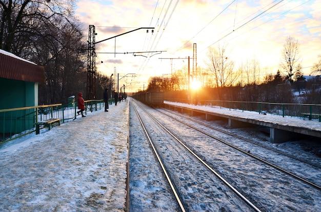Sera paesaggio invernale con la stazione ferroviaria Foto Premium