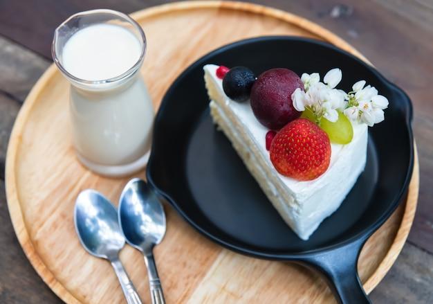 Servire il taglio della torta di crema di frutta dolce. Foto Premium