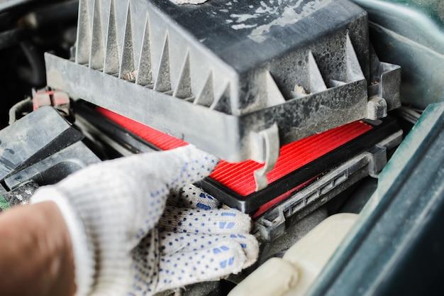Servizio auto il meccanico sostituisce il filtro dell'aria Foto Premium