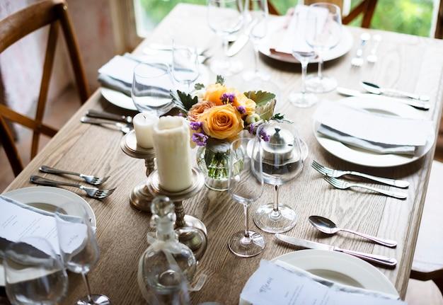 Servizio di impostazione del tavolo da pranzo elegante per ...
