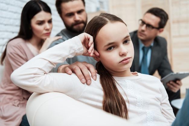 Sessione di terapia psicologica familiare annoiata Foto Premium