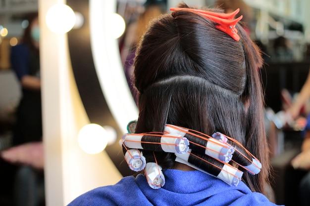 Sesto passo di rotolare i capelli in permanente Foto Premium