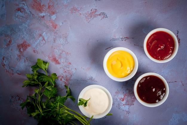Set classico di salse in piattini bianchi Foto Premium