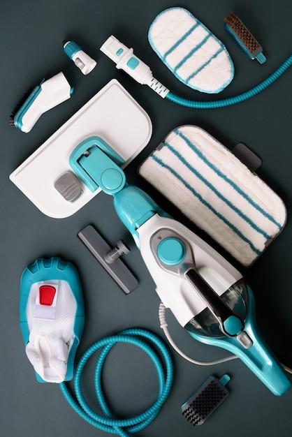 Set con moderni pulitori a vapore professionali su sfondo grigio. Foto Premium
