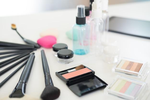 Set cosmetici sul tavolo di vestito chiaro. Foto Premium