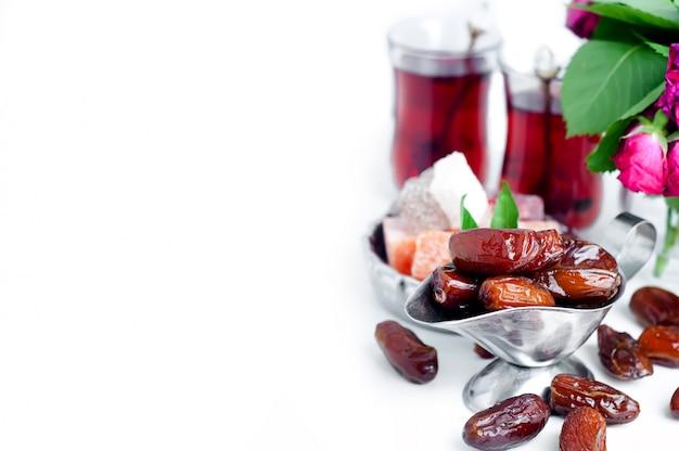Set da tè arabo tradizionale e datteri secchi. Foto Premium