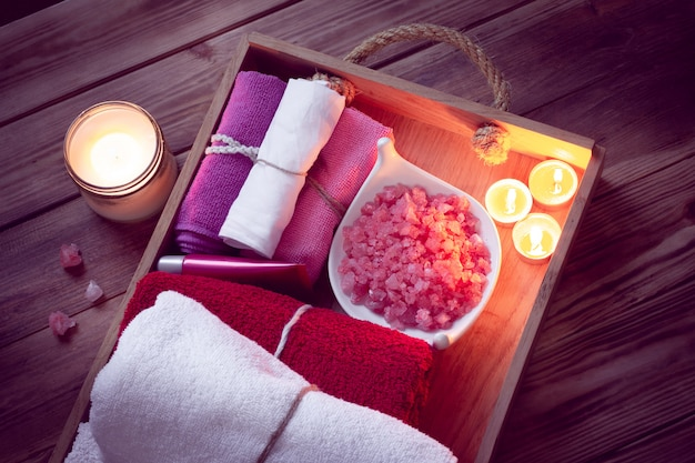 Set di accessori da bagno per spa in illuminazione low-key Foto Premium