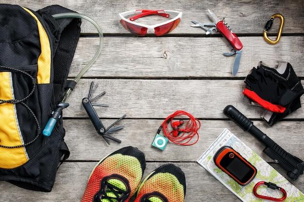Set di accessori per il ciclismo su fondo in legno Foto Premium