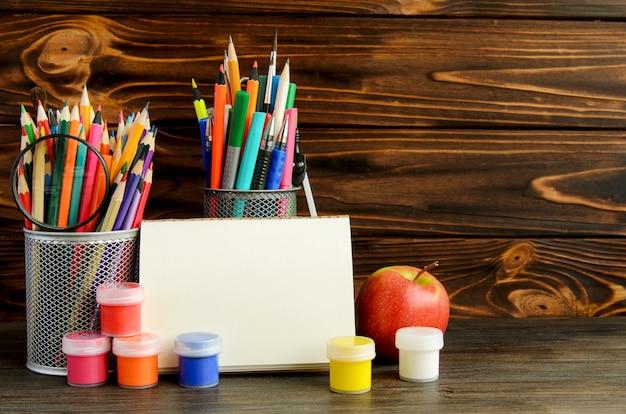 Set di articoli di cancelleria per la scrittura creativa e disegno Foto Premium
