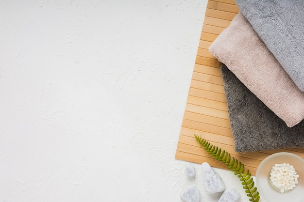 Set di asciugamani con spazio di copia Foto Gratuite