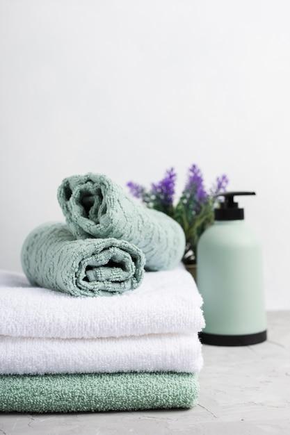 Set di asciugamani profumati presso la spa Foto Gratuite