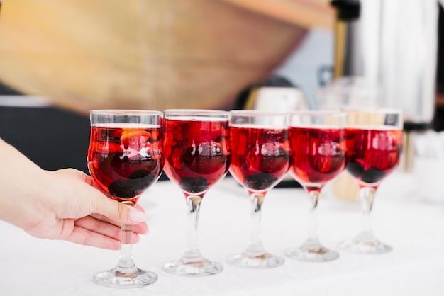 Set di bicchieri con alcool su un tavolo Foto Gratuite