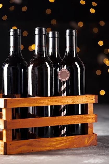 Set di bottiglie di vino rosso in scatola di legno Foto Gratuite