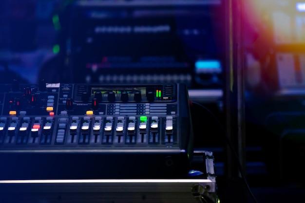 Set di controllo del suono in un festival celebrato di notte Foto Premium