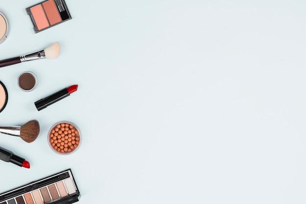 Set di cosmetici decorativi di trucco su sfondo chiaro Foto Gratuite